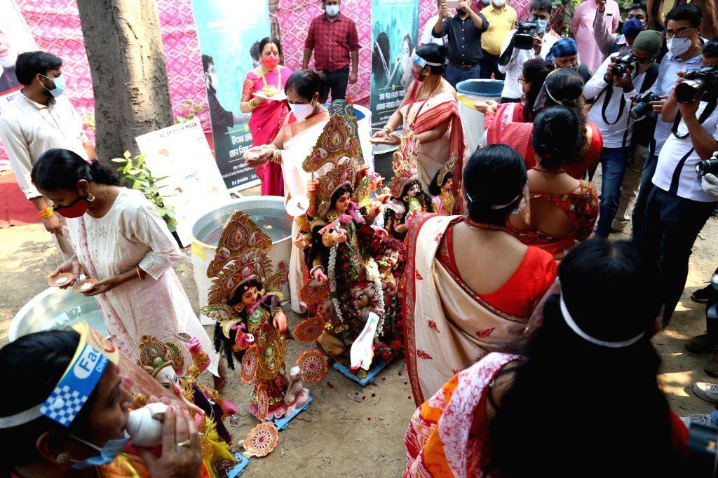 Devotees during Durga idol immersion on Vijayadashami, at Arambagh community puja pandal in New Delhi on Oct 26, 2020.