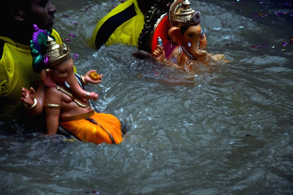 Devotees immersing the Lord Ganesha Idols in Mumbai on Sep 3, 2019.