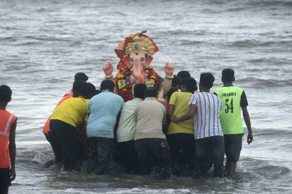Devotees perform Ganesh idol immersion at Dadar beach on Anant Chaturdashi or the last day of Ganesh Chaturthi, in Mumbai on Sep 1, 2020.