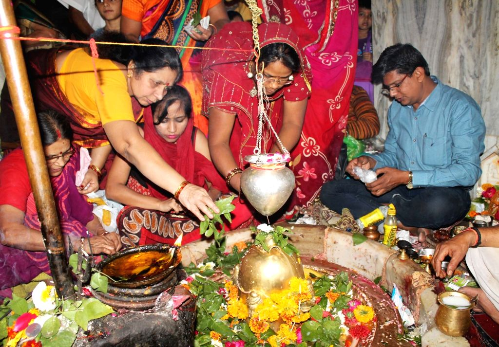 Devotees perform rituals on the occasion of Maha Shivaratri in Nagpur on Feb 13, 2018.