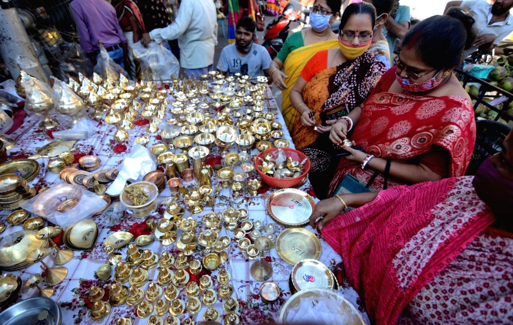 Devotees purchase articles for puja on the eve of Kali Puja, in Kolkata on Nov 13, 2020.
