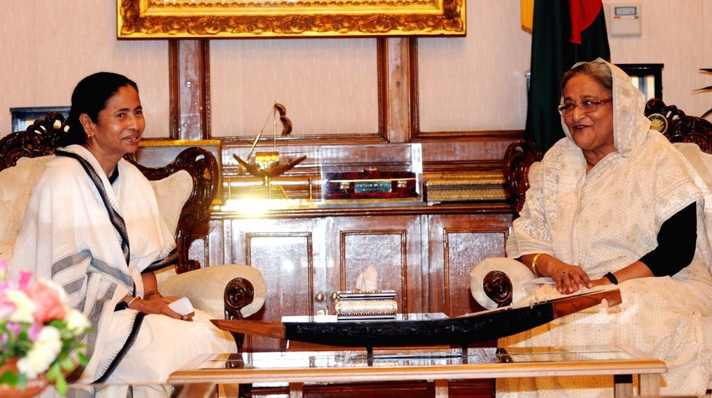 Bangladeshi Prime Minister Sheikh Hasina (R) meets with Indian Chief Minister of West Bengal Mamata Banerjee at the Prime Minister's official residence in Dhaka, ... - Sheikh Hasina and Bengal Mamata Banerjee