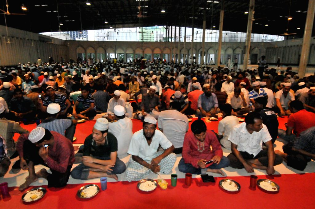 Bangladeshi Muslims wait to break their fast during Islamic holy month of Ramadan at the National Mosque Baitul Mukarram in Dhaka, Bangladesh, July 6, 2014. Ramadan is