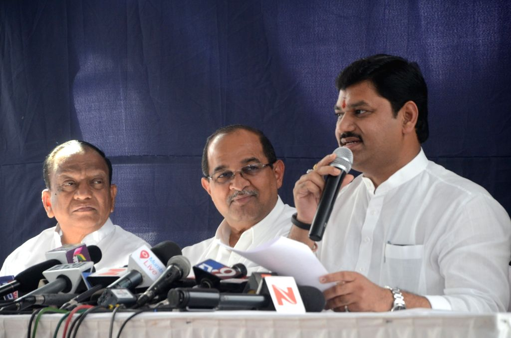 Dhananjay Munde of NCP with Radhakrishna Vikhe Patil of Congress during a press conference in Mumbai, on March 5, 2017. - Radhakrishna Vikhe Patil