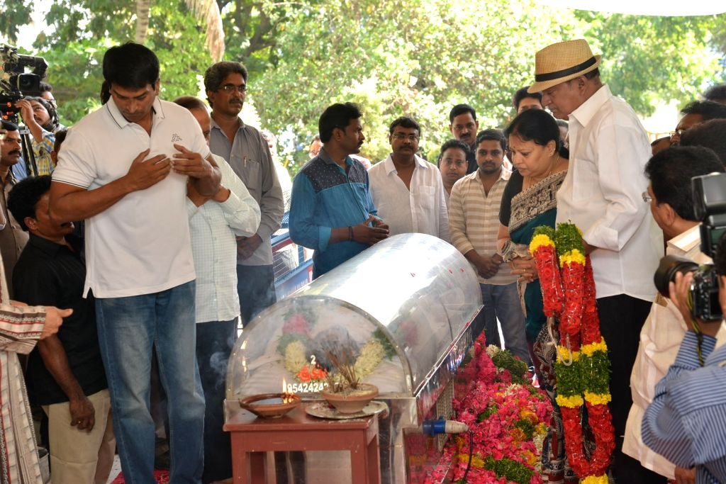 Director, actor ravi babu pays last respect to Dasari Narayana Rao at his residence. - Dasari Narayana Rao