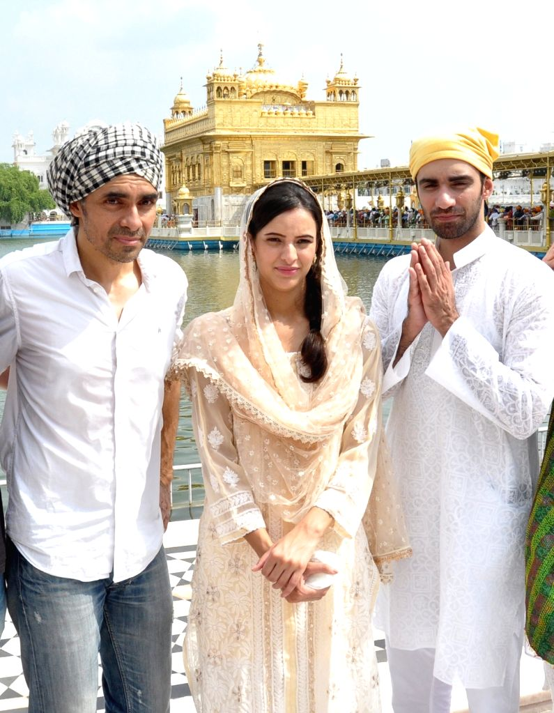 "Director Imtiaz Ali and actors Tripti Dimri and Avinash Tiwari pay obeisance at Golden Temple during a visit for the promotions of their upcoming film ""Laila Majnu"", in Amritsar ... - Tripti Dimri and Avinash Tiwari"