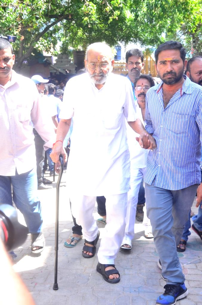 Director K Viswanath pays last respect to Dasari Narayana Rao at his residence. - Dasari Narayana Rao