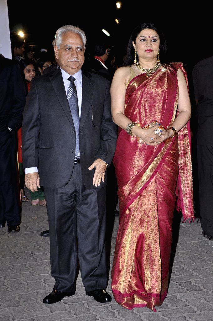 Director Ramesh Sippy with wife Kiran Juneja arrives at the red carpet of The Filmfare Awards 2013 in Mumbai.