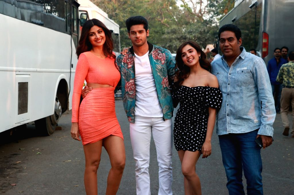 """Director Sabbir Khan with actors Shilpa Shetty, Abhimanyu Dassani and Shirley Setia during the promotions of their upcoming film """"Nikamma"""" on the sets of reality television show ... - Shilpa Shetty, Abhimanyu Dassani, Shirley Setia and Sabbir Khan"""