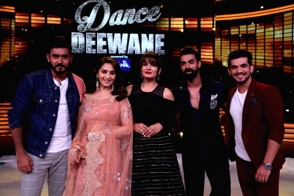 "Director Shashank Khaitan, actors Madhuri Dixit Nene, Raveena Tandon, Arjun Bijlani and choreographer Tushar Kalia on the sets of reality television show ""Dance Deewane"" in Mumbai ... - Madhuri Dixit Nene, Raveena Tandon and Arjun Bijlani"