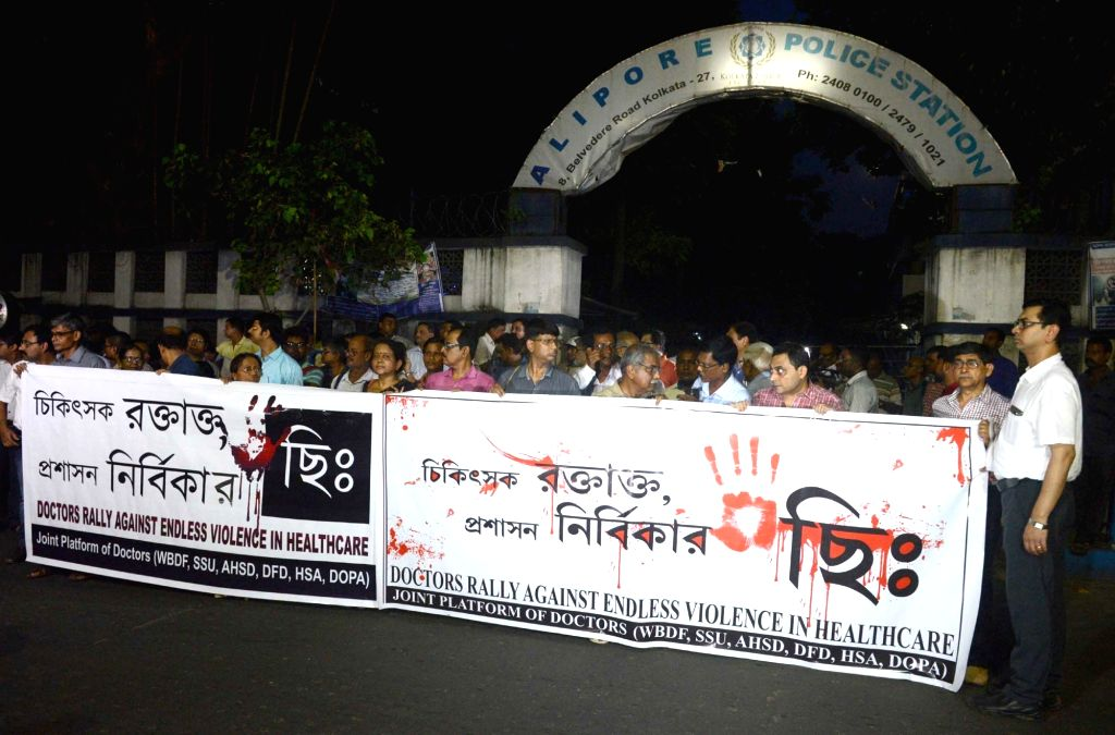 Doctors participate in a rally organsied to protest against attack on personnel involved in healthcare services in Kolkata on Sept 3, 2018.