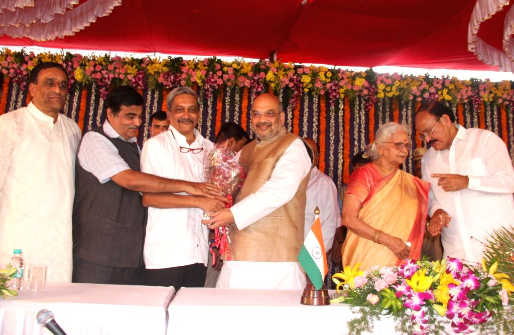 Dona Paula: BJP chief Amit Shah greets newly sworned in Goa Chief Minister Manohar Parrikar during his swearing in ceremony at Raj Bhavan in Dona Paula on March 14, 2017. Also seen Goa Governor ... - Manohar Parrikar, Nitin Gadkari, M Venkaiah Naidu, Amit Shah and Mridula Sinha