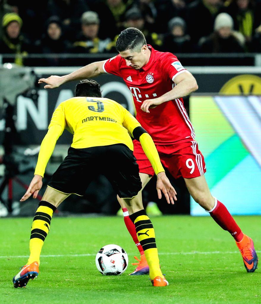 DORTMUND, Nov. 20, 2016 - Robert Lewandowski (R) of Bayern Munich breaks through the defense from Dortmund's Marc Bartra during the German Bundesliga soccer match between Borussia Dortmund and Bayern ...