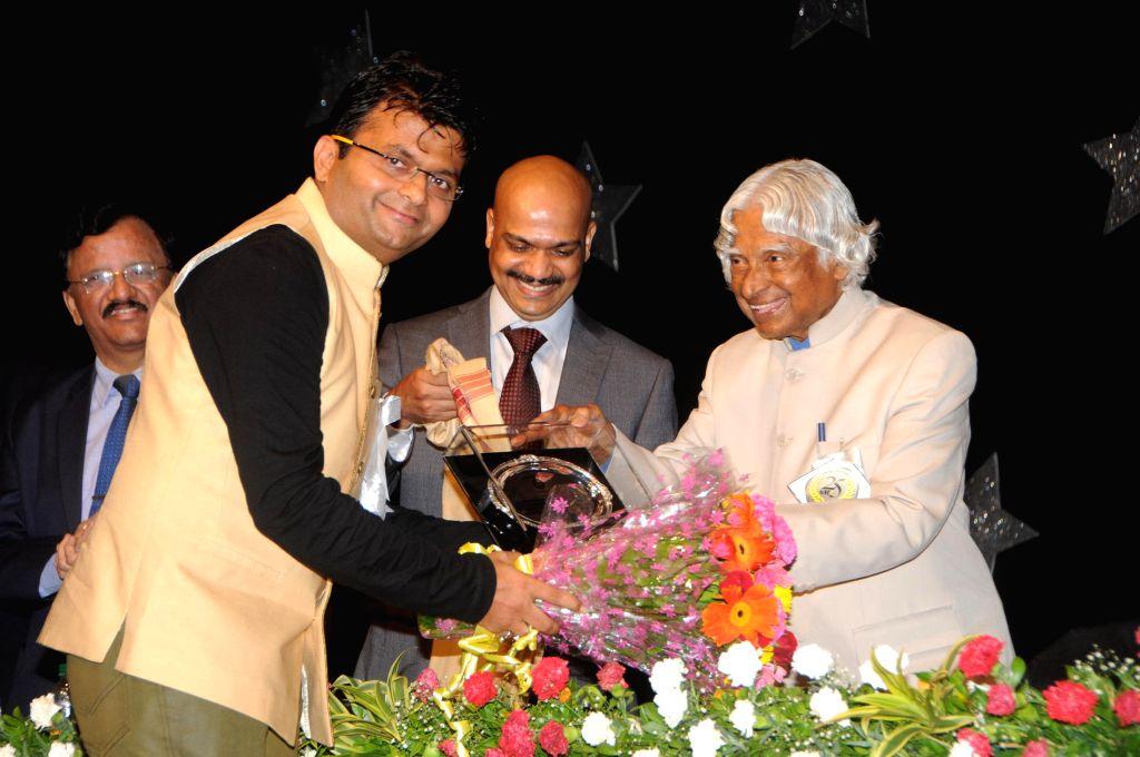 Dr. APJ Abdul Kalam felicitates Industrialist and Philanthropist Aneel Murarka at the Silver Jubilee celebration of Guru Nanak College of Art, Science and Commerce in Mumbai on August 8, 2014.