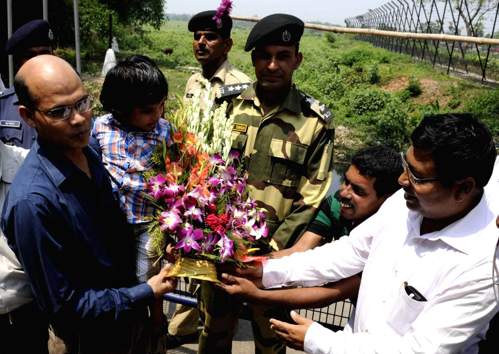 Dr Manoj Kumar Mohapatra, first secretary of Indian High Commission in Bangladesh being welcomed by officials as he arrives in Agartala via Akhaura land border  on April 18, 2014.