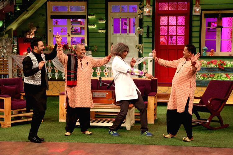 Dr. Mashoor Gulati (Sunil Gover) dances with Lakhwinder Wadali (Punjabi musician) and The Wadali Brothers ? Puranchand Wadali & Pyarelal Wadali on the sets of The Kapil Sharma Show