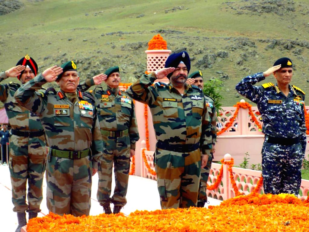 Drass: Army Chief General Bipin Rawat and Air Force chief BS Dhanoa pay tributes to martyrs on the occasion of 20th anniversary of Kargil Vijay Diwas in Jammu and Kashmir's Drass, on July 26, 2019. (Photo: IANS)
