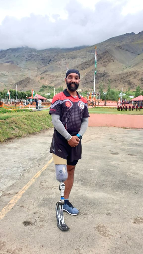 Drass: Kargil hero Major Devender Pal Singh runs the last lap with the Victory Flame in Drass sector of Jammu and Kashmir on the occasion of Vijay Diwas on July 26, 2019. Major Singh had been targeted by the enemy with a mortar bomb during the Kargil - Devender Pal Singh