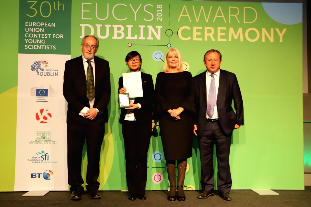 DUBLIN, Sept. 19, 2018 - Zhang Sijia (2nd L), a third prize winner of the 30th European Union Contest for Young Scientists (EUCYS), poses for a photo with prize awarding guests at the awarding ...