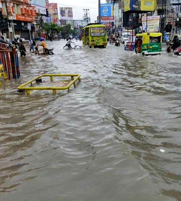 Due to heavy rains in Bihar, life has been disrupted in most parts of the state including Patna. All roads in the capital have been submerged. Warnings have been issued in all the districts. Water ...