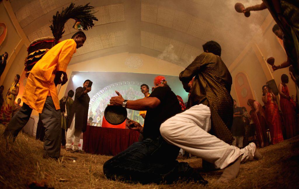 Durga aarti in progress at Vasundhara Enclave puja pandal in New Delhi on Oct 22, 2015.