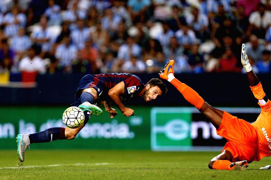 :Eibar´s forward Borja Baston (L) and Malaga´s cameroons goalkeeper Carlos Kameni during Primera Division match played at La Rosaleda stadium, Malaga, 13 September, south Spain. EFE / Jorge ...