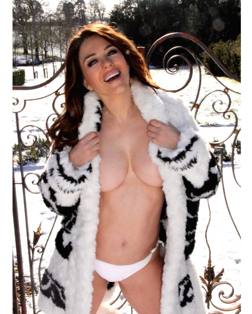 Elizabeth Hurley goes topless in the snow.(photo:instagram)