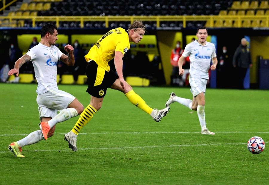 Erling Haaland (C) of Dortmund shoots during the UEFA Champions League Group F match against FC Zenit in Dortmund, Germany, Oct. 28, 2020.
