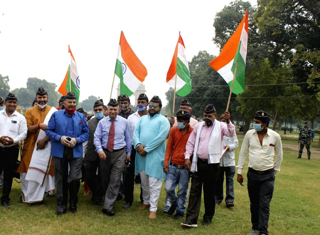 Ex-servicemen stage a demonstration holding national flags, against the Shiv Sena-led Maharashtra Government after Navy veteran Madan Sharma was recently beaten up by goons allegedly from ... - Uddhav Thackeray and Madan Sharma