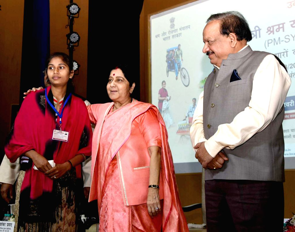 External Affairs Minister Sushma Swaraj and Union Science and Technology, Earth Sciences and Environment, Forest and Climate Change Minister Harsh Vardhan with a beneficiary during the ... - Sushma Swaraj