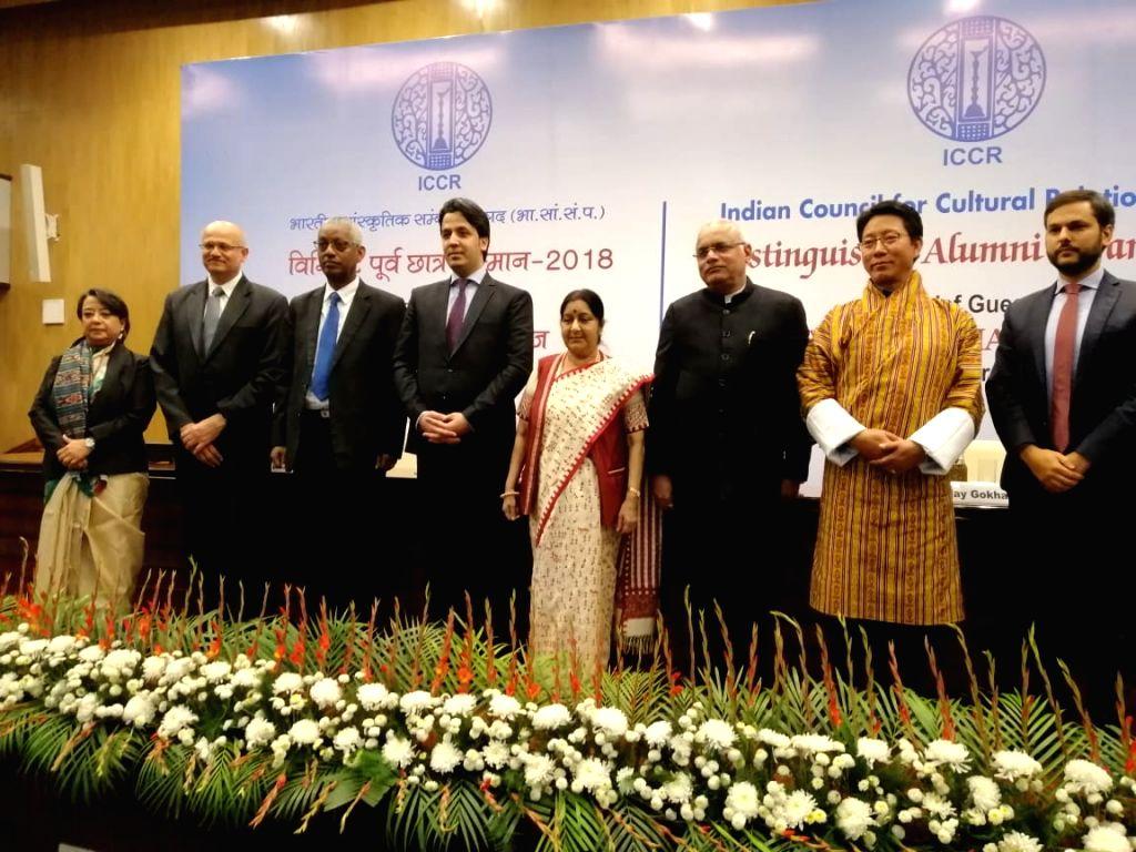 External Affairs Minister Sushma Swaraj, Indian Council for Cultural Relations (ICCR) President Vinay Sahasrabuddhe, Foreign Secretary Vijay Gokhle and ICCR DG Riva Ganguly Das with the ... - Sushma Swaraj