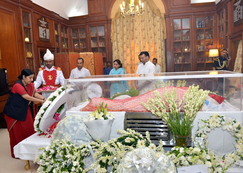 External Affairs Minister Sushma Swaraj pays tribute to the mortal remains of President Pranab Mukherjee's wife Suvra at Rashtrapati Bhawan on Aug 18, 2015. - Sushma Swaraj and Pranab Mukherjee