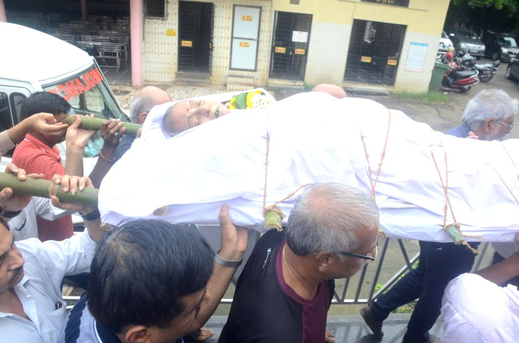 Family and friends carry the mortal remains of late actress Rita Bhaduri during her funeral in Mumbai on July 17,2018. - Rita Bhaduri