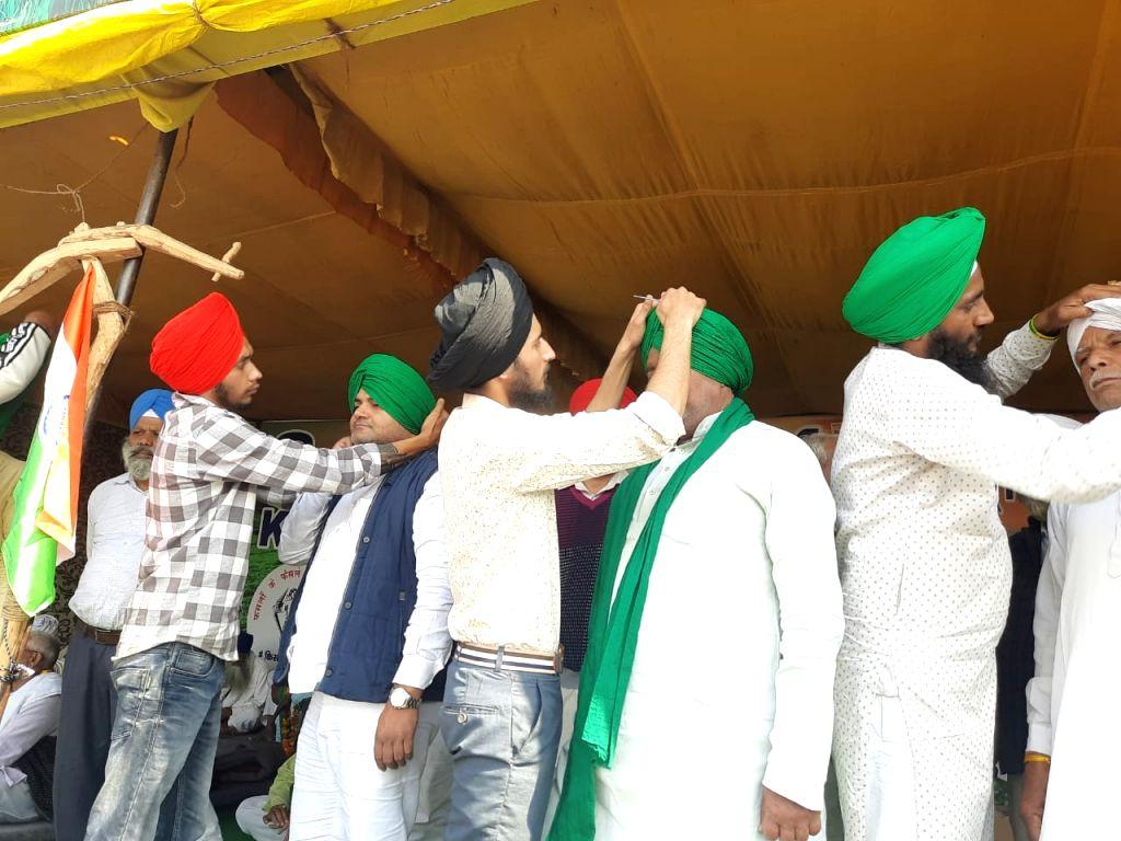 Family members of Shaheed Bhagat Singh including Abhay Sandhu, Teji Sandhu, Anuspriya Sandhu and Gurjeet Kaur  are present at Singhu border in Pagdi Sambhal Diwas. - Bhagat Singh and Gurjeet Kaur