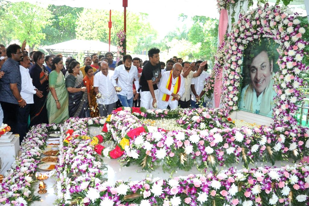 Fans pay tributes to Kannada actor Rajkumar on his birth anniversary at Kanteerava Studios, in Bengaluru on April 24, 2019. - Rajkumar