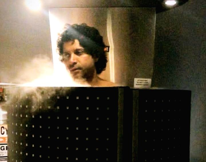 Farhan, Shibani have freezing 'cryotherapy' treatment.