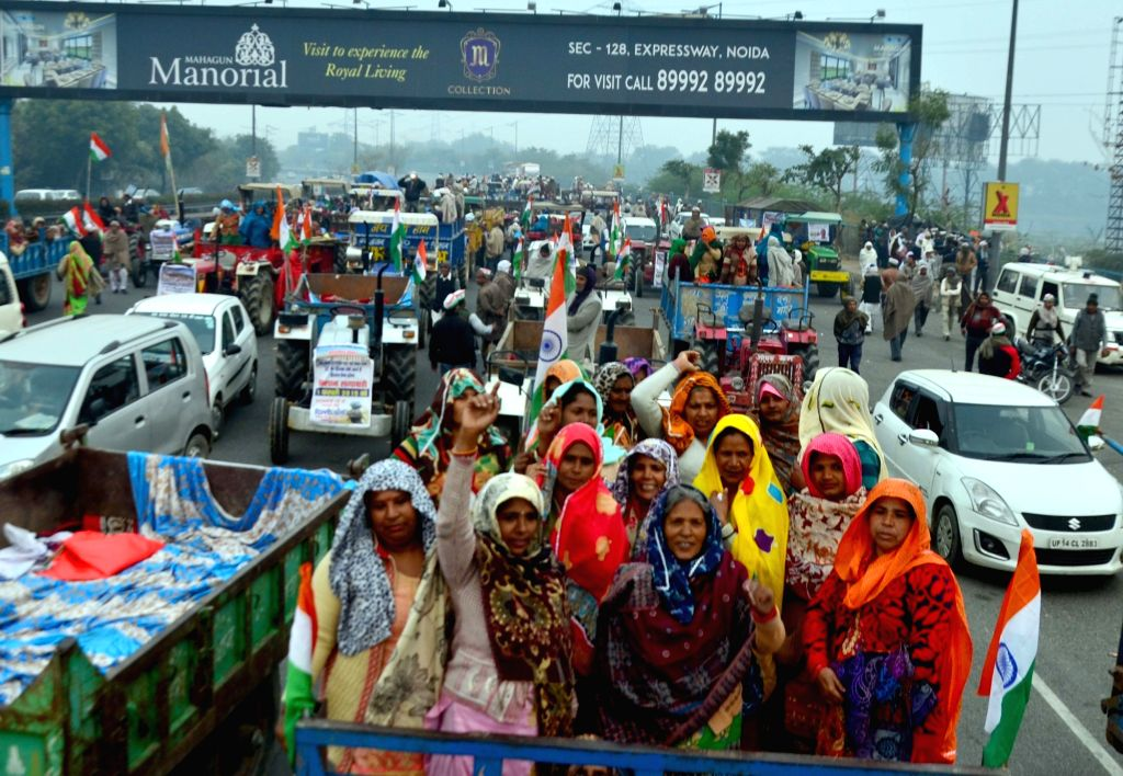 Farmers block Delhi-Noida-Delhi (DND) expressway as they stage a demonstration to press for their various demands, on Feb 1, 2019.