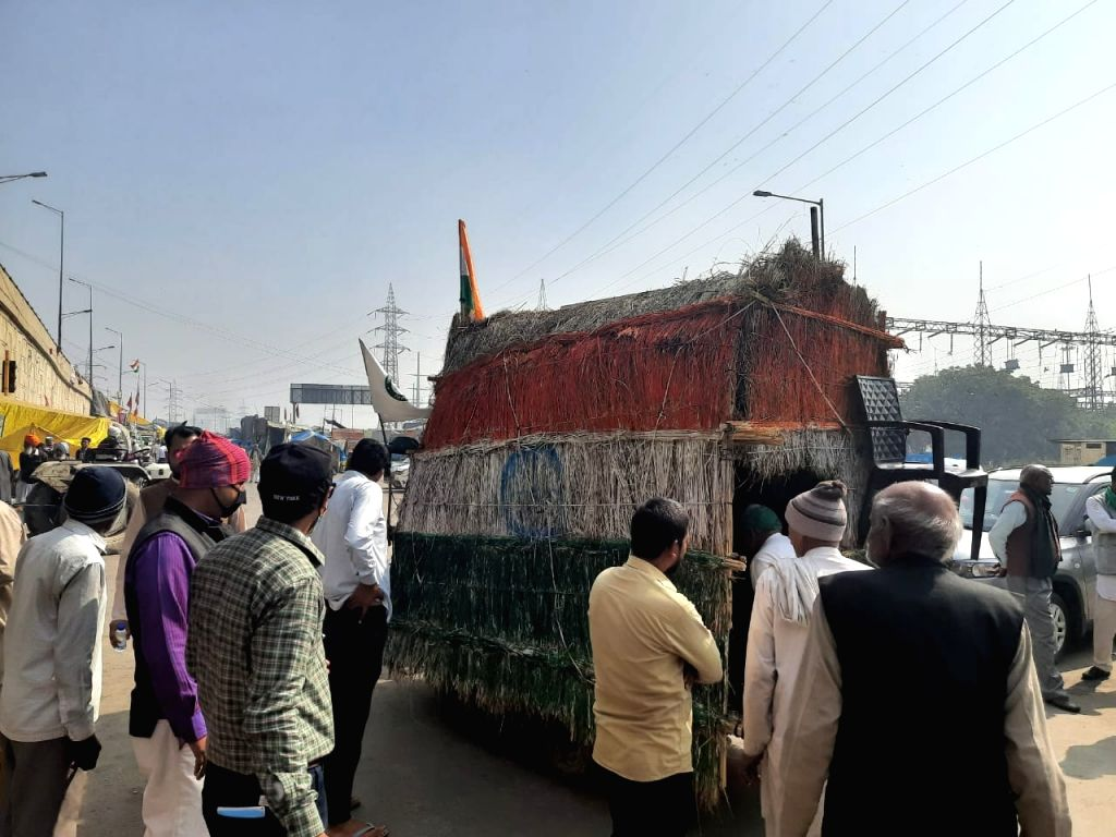 Farmers brought an auto from Rohtak district on the Ghazipur border which was converted into a hut.