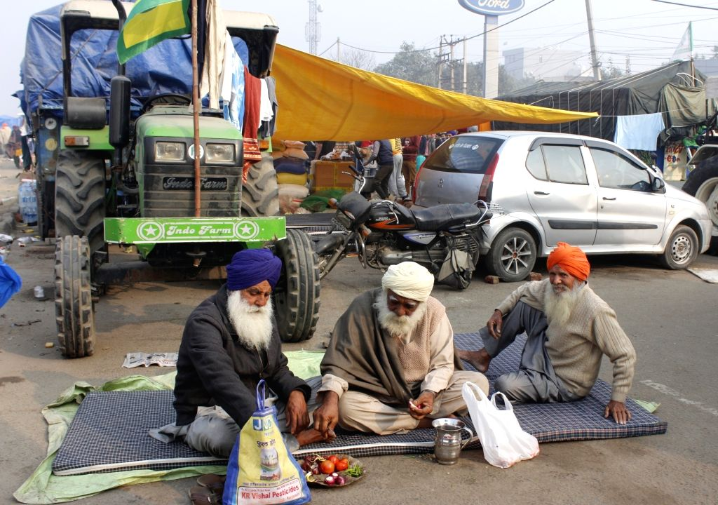 Farmers cut vegetables for the preparation of their meals during their protest against the three farm laws that continued for the 10th day, at Delhi-Haryana's Singhu Border on Dec 5, 2020.