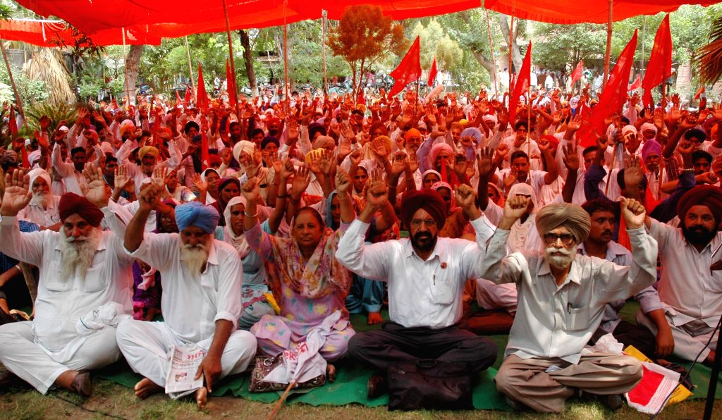 Farmers from the border districts of Punjab demonstrate to press for their various demands including opening of border fencing gates during day time and compensation for farmers who have land beyond .