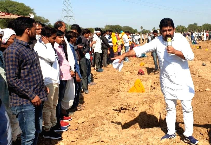 Farmers in village Ladli Ka Baas tehsil in Dausa district started an indefinite protest from Thursday which is being called Zameen Samadhi Satyagrah. This is a unique protest in which they are sleeping inside the ground by digging deep pits to protes