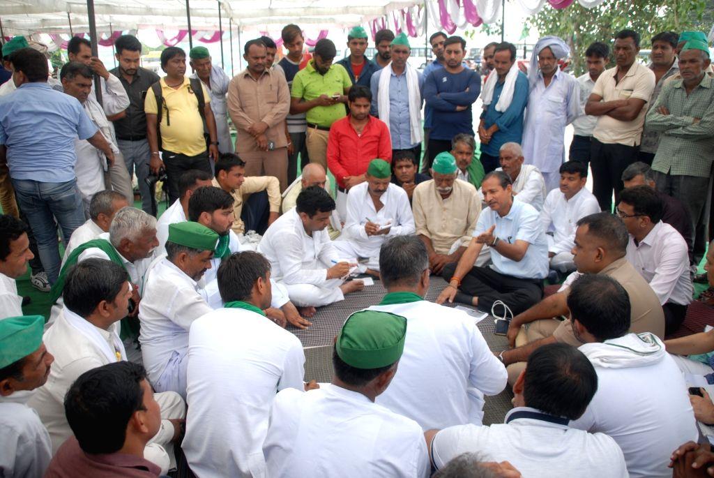 "Farmers participating in ""Kisan Mazdoor Adhikar Yatra"" reach Transport Nagar in Noida on Sep 20, 2019."