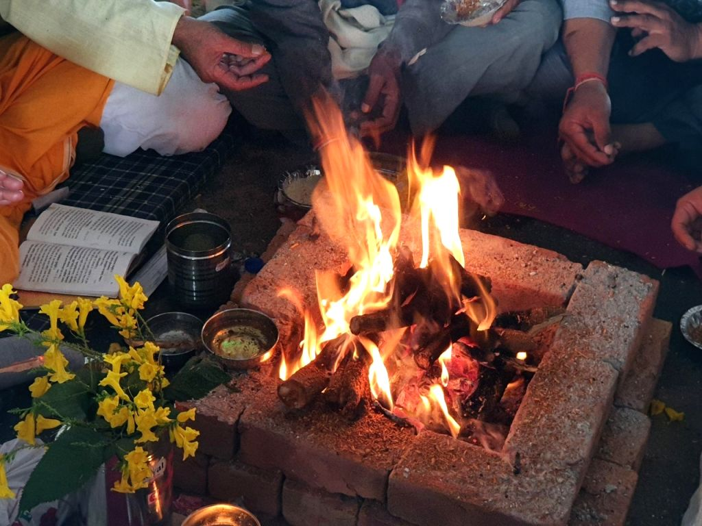 Farmers perform havan at Ghazipur border to maintain peace