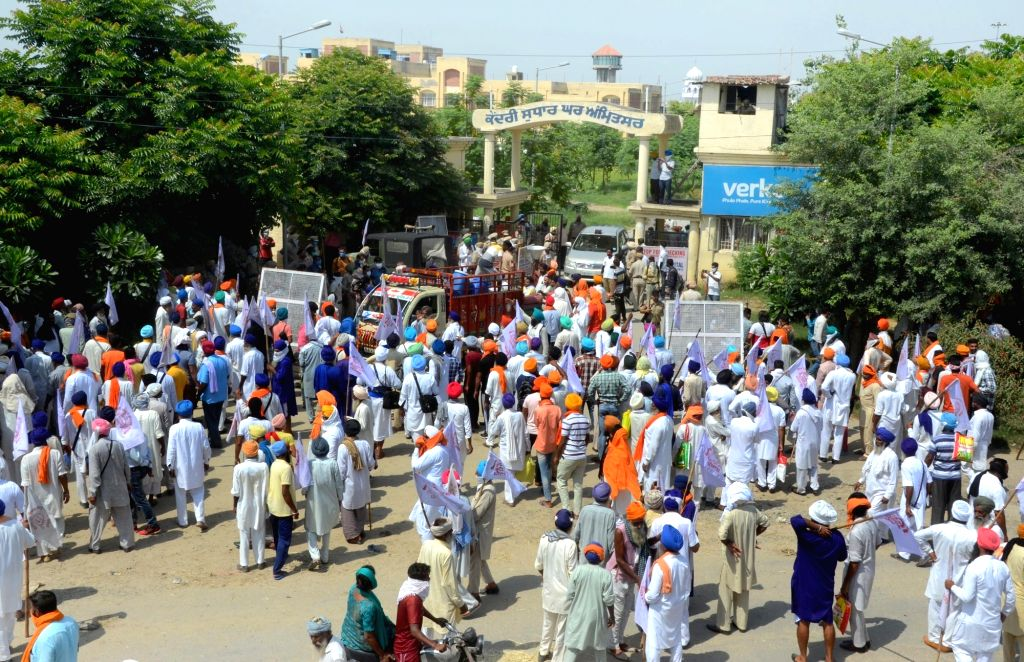 """Farmers shout slogans as they stage """"Jail Bharo Andolan"""" demonstration to protest against the Narendra Modi-led Central Government over agriculture-related ordinances, outside the ... - Narendra Modi"""