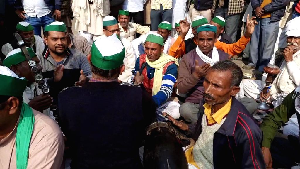 Farmers sing 'Ragini' opposing agricultural laws, passers-by throw away money