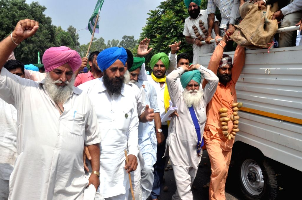 Farmers stage a demonstration against Punjab government in Mohali on Sept 19, 2017.