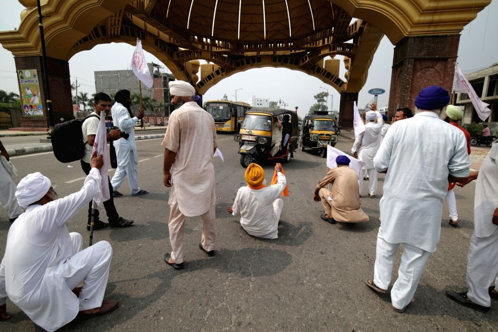 Farmers stage a demonstration against the plan to join the Regional Comprehensive Economics Partnership (RCEP), at the Golden gate in Amritsar on Sep 15, 2019.
