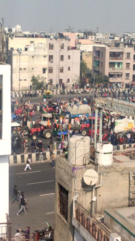 Farmers throng ITO, try to move to Rajpath amid tear-gas shells