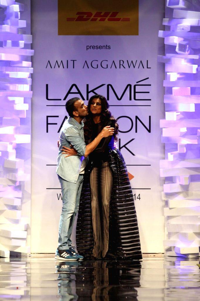 Fashion designer Amit Agarwal walk with actor Sushmita Sen during his show at the Lakme Fashion Week (LFW) Winter/ Festive 2014 in Mumbai,on Aug 20, 2014. - Sushmita Sen