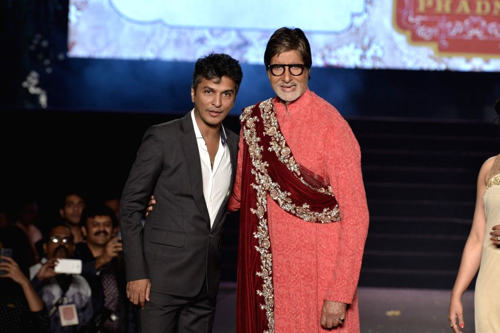 Fashion designer Vikram Phadnis with actor Amitabh Bachchan during his show, as he celebrates 25 years in the fashion industry, in Mumbai, on Jan 16, 2016. - Amitabh Bachchan